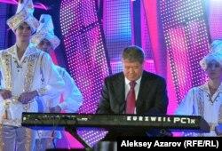 Аким Алматы Ахметжан Есимов играет на синтезаторе. Алматы, 8 сентября 2012 года.
