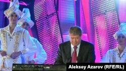 Аким Алматы Ахметжан Есимов играет на синтезаторе.
