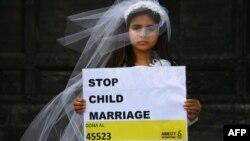 Një vajzë duke bërë thirrje kundër martesave të fëmijëve, në kuadër të një fushate të Amnesty International