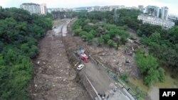 Старт дискуссии вокруг будущего обустройства ущелья реки Вере был дан сразу после разрушительного наводнения. При этом основным требованием большинства специалистов и горожан было строительство рекреативной зоны