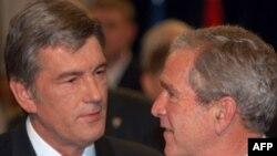 Viktor Iușcenko, alături de președintele George W Bush, la o runiune NATO, la București (2008)