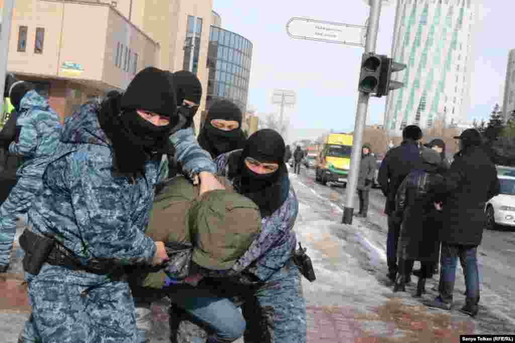 На глазах корреспондентов Азаттыка полиция около полудня задержала 14 человек у памятника Абаю, который расположен рядом с акиматом города.