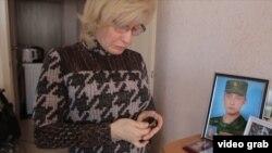 Vera Shalaeva əlində oğlundan qalan saatı tutub
