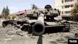 Подбитый грузинский танк на улице Цхинвали