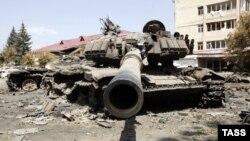 Подбитый танк грузинской армии на развалинах города Цхинвали. 14 августа 2008 года.