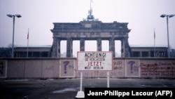 Ce ar fi văzut o persoană în 1988 trecând granița din vestul spre estul Berlinului.