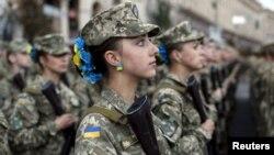Українські військовослужбовці під час репетиції параду. Київ, серпень 2015 року