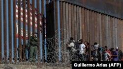 Мигранты из Центральной Америки у южной границы США, 25 ноября 2018 года.