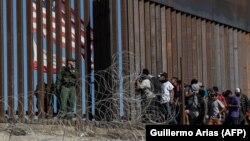 Нелегальные мигранты на американо-мексиканской границе.