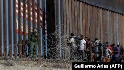 მექსიკა, 2018 წლის 25 ნოემბერი: მიგრანტები ტიხუანაში აშშ-ის საზღვართან
