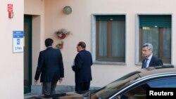 Berlusconi xəstəxanaya daxil olur