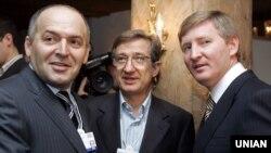 Віктор Пінчук (ліворуч), Сергій Тарута (посередині) і Рінат Ахметов (праворуч). Давос, 25 січня 2008 року