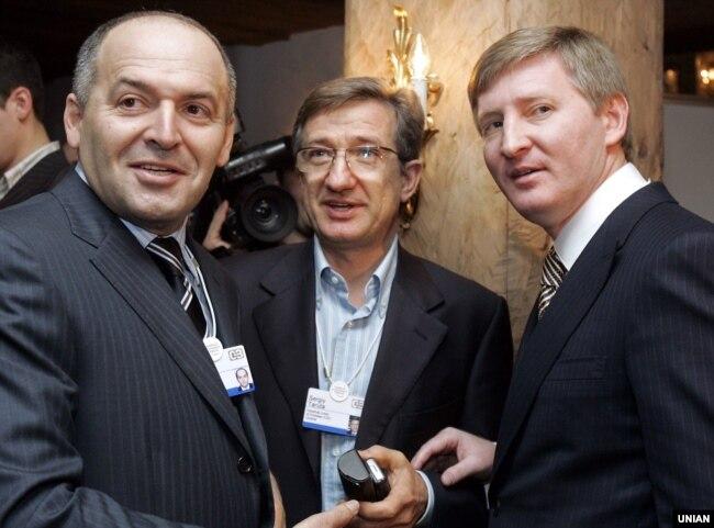 Підприємці Віктор Пінчук (ліворуч), Сергій Тарута (посередині) і Рінат Ахметов (праворуч). Давос, 25 січня 2008 року