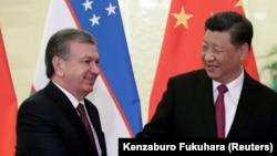 Президент Китая Си Цзиньпин (справа) и президент Узбекистана Шавкат Мирзияев. Пекин, 25 апреля 2019 года.