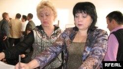 Баспанасыз офицерлердің әйелдері Президентке жазған хаттарына қол қоюда. Алматы, 28 қазан, 2008 ж.