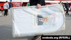 Падчас пікету для збору подпісаў за Лукашэнку. 5 чэрвеня 2020