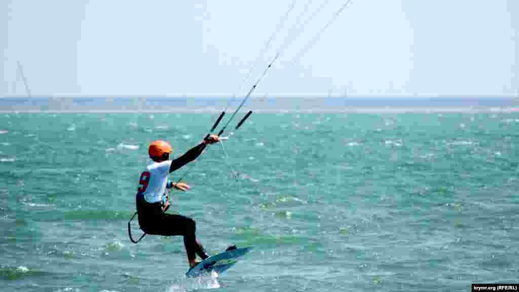 Змагання проходять на пляжі, не обладнаному спеціально для спортсменів, уболівальників і глядачів, а місце роботи організаторів позначається рекламним банером, натягнутим на дерев'яну альтанку