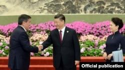 Кинескиот претседател Си Џинпинг и претседателот на Киргистан во Пекинг