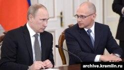 Кто-то из российских журналистов упомянул, что в неформальной обстановке Кириенко обращается к президенту России на «ты»