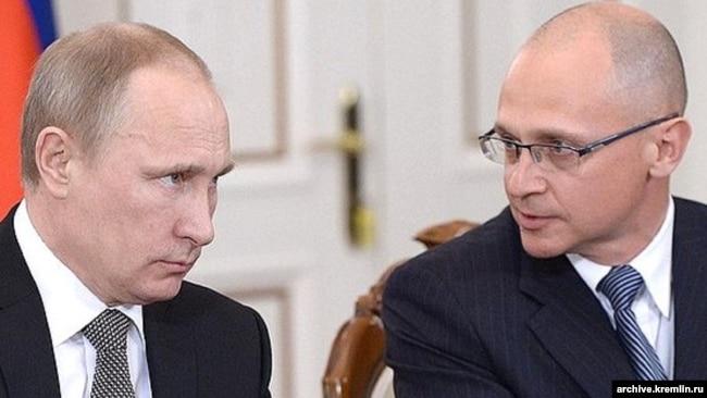 Владимир Путин и Сергей Кириенко, первый заместитель главы администрации президента, в ведении которого находятся вопросы внутренней политики