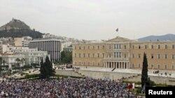 Pamje gjatë një demonstrate para Parlamentit të Greqisë në Athinë