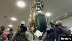 Ուկրաինա - Ֆուտբոլի Եվրոպայի գավաթը, որը շնորհվելու է «Եվրո - 2012»-ի հաղթողին, Կիեւ, հուլիս, 2011թ.