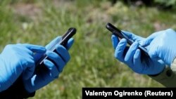 COVID-19 касаллигидан ҳимояланиш учун қўлқоп кийиб олганлар, Украина (иллюстратив сурат)