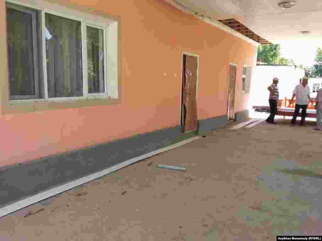 Дверь этого дома пытались открыть с помощью лома.