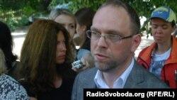 Сергій Власенко біля лікарні в Харкові, архівне фото
