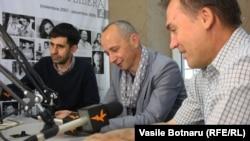 Iulian Ciocan, Gheorghe Erizanu şi Grigore Chiper (de la stg. la dr.) în studioul Europei Libere.