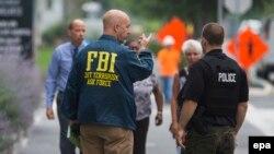 Вашинтон маңында жүрген FBI қызметкері мен полицей. АҚШ, 2 шілде 2015 жыл. (Көрнекі сурет).
