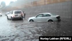 Скопление воды на участке автомобильной развязки после сильного дождя. Алматы, 17 июня 2016 года.