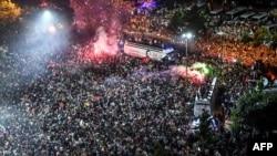 Привърженици на Имамоглу празнуват победата на кметските избори в Истанбул.