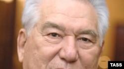 80 illik yubileyi çərçivəsində yazıçı bir neçə ay öncə Bakıya gəlmişdi