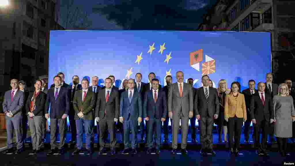 АЛБАНИЈА - Првата меѓувладина седница ги крена на повисок степен односите меѓу Македонија и Албанија, рекоа премиерите на Македонија и на Албанија Зоран Заев и Еди Рама, на почетокот на заедничката седница на двете влади во Поградец. Двете страни потпишаа неколку договори за соработка во инфраструктурата, економијата, безбедноста, културата и образованието.