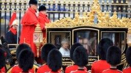 Regina Marii Britanii folosind celebra caelașcă pentru a merge spre Parlament