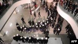 Түрк полициясы редакциянын имаратына кирип барган