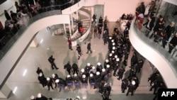 """Policijski kordon ispred lista """"Zaman"""", Istanbul"""
