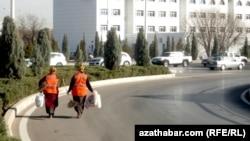 Работники коммунальных служб столицы Туркменистана. Ашхабад, декабрь, 2016 года.