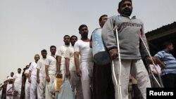 نزلاء سجن عراقي يقفون في طابور للإفراج عنهم