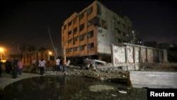 У места взрыва на окраине Каира, 20 августа 2015 года.