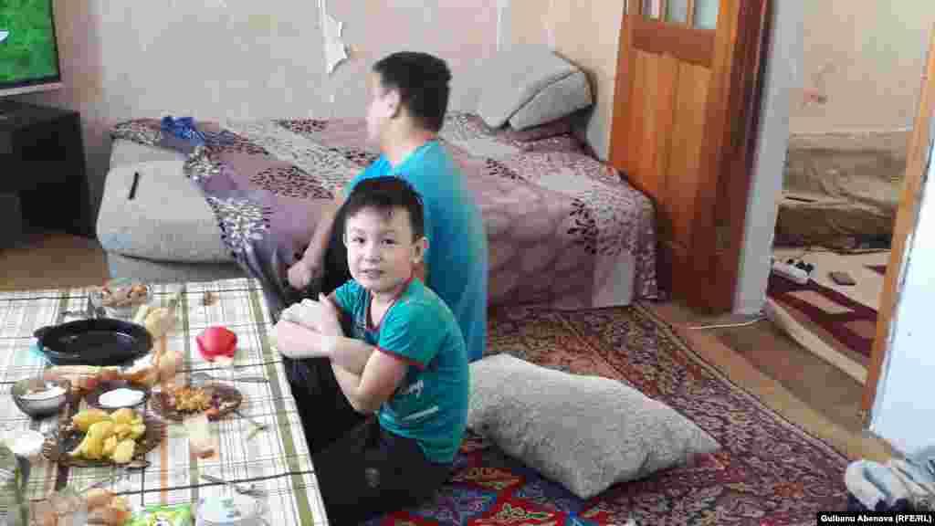 Сын Гульжазиры, девятилетний Диас Исипханов, учится в третьем классе математической школы № 76, которая находится по улице Туркестан. Он с первого класса самостоятельно добирается в школу и обратно с двумя пересадками на автобусе. Прямых автобусов в город нет.