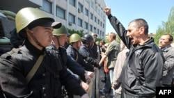 Пророссийские активисты перед милиционерами у здания городской администрации. Мариуполь, 7 мая 2014 года.