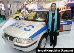 یکی از کارکنان ایرانخودرو در حال معرفی سمند در نمایشگاه خودرو موسکو در سال ۲۰۰۷