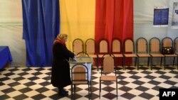 La o secție de votare, în primul tur de scrutin prezidențial, 30 octombrie 2016