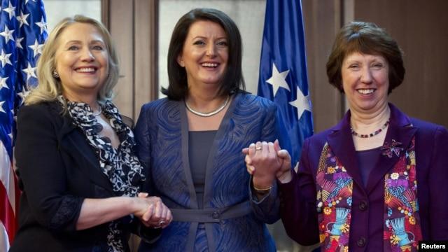 Američka državna sekretarka Hilari Klinton, predsednica Kosova Atifete Jahjaga i visoka predstavnica EU za spoljnu politiku Ketrin Ešton u Prištini, oktobar 2012.