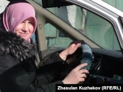 Наталья Войтенкованың қоғамдық орында хиджап тағуға салынған тыйымға қарсы акция ұйымдастырған кезі. Астана, 11 наурыз 2011 жыл.