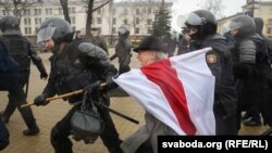 Милиция қызметкерлері наразылық акциясына қатысушыны әкетіп барады. Минск, 25 наурыз 2017 жыл.