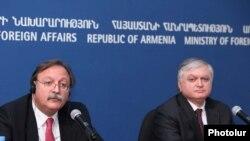 Վրաստանի արտգործնախարար Գրիգոլ Վաշաձեն (ձ) եւ Հայաստանի արտգործնախարար Էդվարդ Նալբանդյանը համատեղ մամուլի ասուլիսում: Երեւան, 4-ը հոկտեմբերի, 2010 թ.