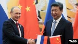 Президент Росії Володимир Путін (ліворуч) та голова КНР Сі Цзіньпін у Пекіні. 3 вересня 2015 року